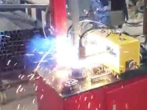 护栏配件-单轴自动底板焊机视频
